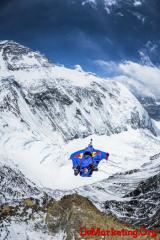 红牛再玩极限营销:珠峰上的B.A.S.E. jump 23,667 英尺山顶高空跳
